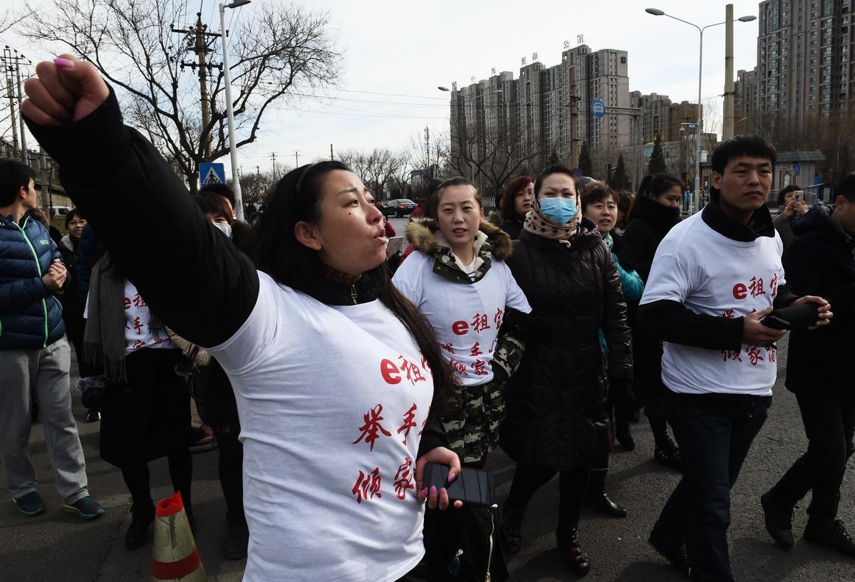 大陸P2P平台今年超過5000家爆雷,圖為受波及的投資者赴銀保監會與上海銀監局維權。(AFP)