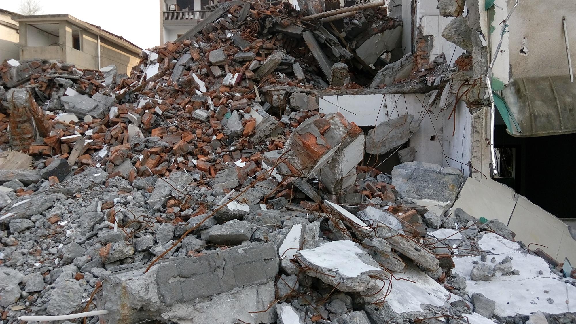 中共湖南省常德市政府對當地武陵區的一塊地進行非法徵收。僱用黑社會成員破壞住宅區基礎設施,甚至撬門入室、打砸私人財產,以逼迫住戶搬離。圖為民居被強拆後的廢墟。(受訪者提供)