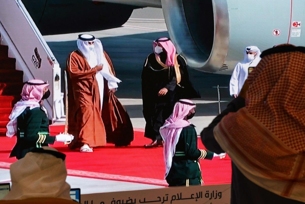 2021年1月5日,沙特王儲穆罕默德·本·薩勒曼(Mohammed bin Salman,中右)在於烏拉市(al-Ula)舉行的第41屆海灣合作委員會(GCC)峰會開幕前歡迎卡塔爾埃米爾謝赫·塔米姆·本·哈馬德·阿勒薩尼(Sheikh Tamim bin Hamad al-Thani,中左)。(FAYEZ NURELDINE/AFP via Getty Images)