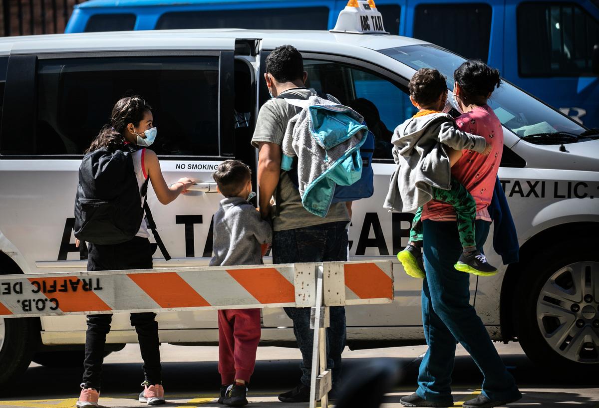 2021年2月24日,在德州布朗斯維爾,一個尋求庇護的家庭在被美國移民當局釋放後,乘坐的士前往機場,繼續在美國境內旅行。(John Moore/Getty Images)
