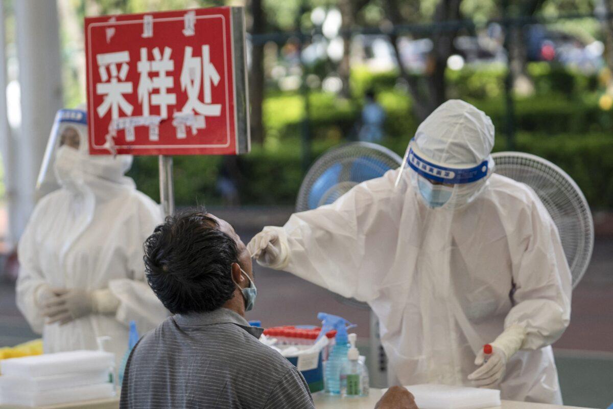 2021年7月9日,在中國西南部雲南省與緬甸接壤的德宏傣族景頗族自治州芒市,一名男子接受COVID-19病毒核酸檢測。(STR/AFP via Getty Images)