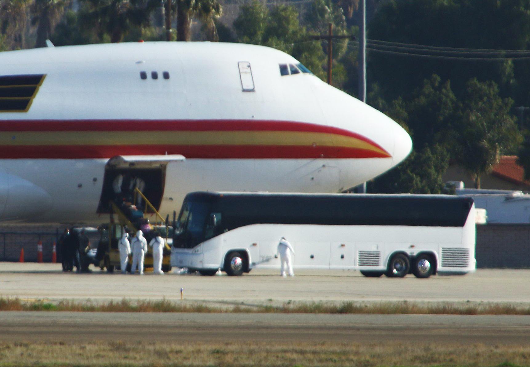 2020年1月29日,加利福尼亞州里弗賽德(Riverside, California)的馬馳航空儲備基地(March Air Reserve Base)。載有約200名美國公民,從武漢撤離的專機,降落在緊急停機坪上,醫護人員和醫用大巴在接機。(Matt HARTMAN/AFP)