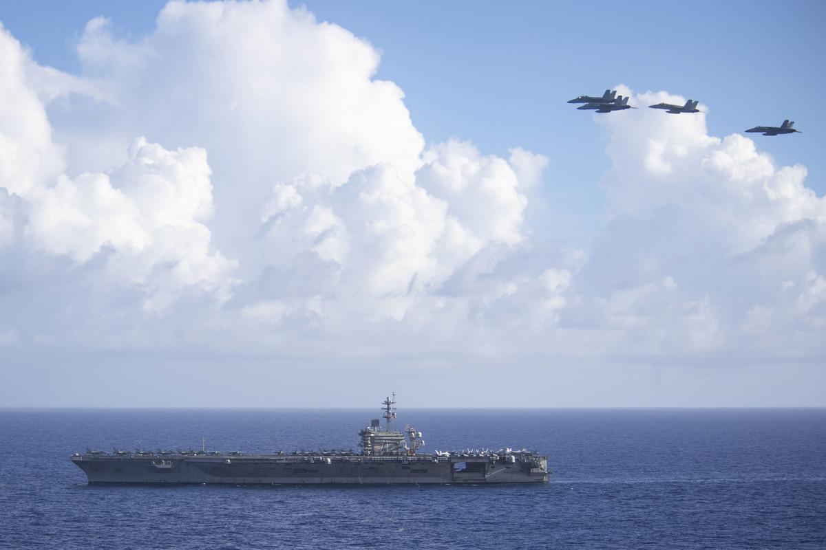 6月21日,美國海軍太平洋艦隊表示,西奧多‧羅斯福號航母(CVN 71)和尼米茲號航母(CVN 68)戰鬥群在菲律賓海展開雙艦演習。圖為6月18日,羅斯福號在菲律賓海。(U.S. Navy photo by Mass Communication Specialist Seaman Dylan Lavin/Released)
