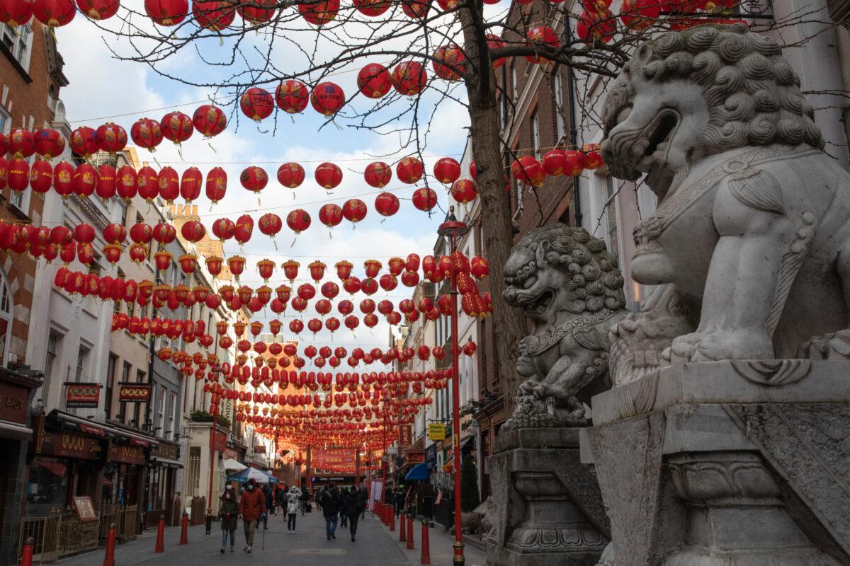 圖為2021年2月12日英國倫敦的中國城。(Dan Kitwood/Getty Images)