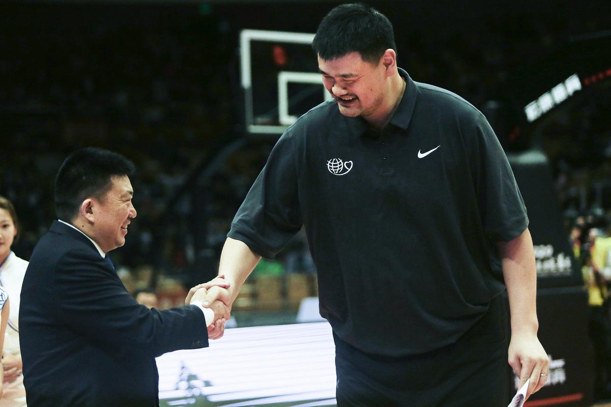 示意圖。圖為2020年10月,武漢市長周先旺(左)與中國籃球協會主席、姚基金創始人姚明(右)握手。(Getty Images)