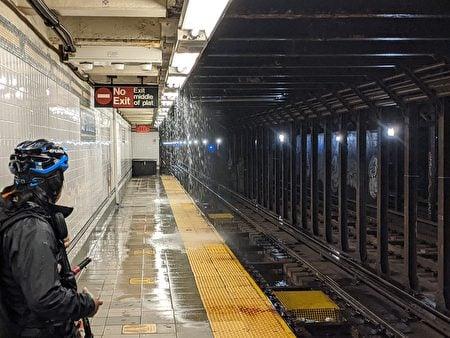 紐約市地鐵站漏水。(黃小堂/大紀元)