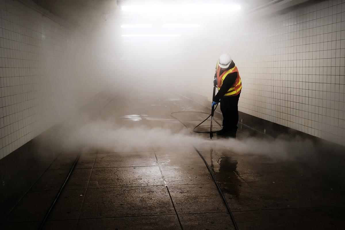 最新發佈的民調顯示,有三分之二(66%)的美國人對中共治下的中國抱持負面看法。圖為美國紐約布魯克林區的地鐵站,清潔人員正在消毒。(Getty Images)