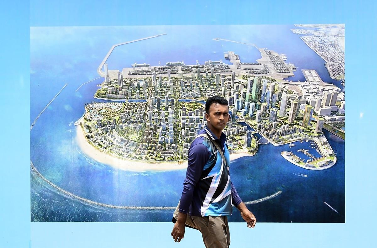 一帶一路潛藏債務陷阱,斯里蘭卡因為無力償還數十億美元貸款,將重要的戰略港漢班托塔港(Hambantota)租借給中國租期長達99年。圖為主要項目科倫坡港計劃。(LAKRUWAN WANNIARACHCHI/AFP/Getty Images)