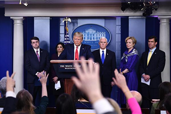 3月18日,美國總統特朗普持續以中共病毒稱呼新冠病毒,並表示,只要他在位一天,絕不容許中共抹黑美軍。圖為3月18日白宮簡報會情形。(Photo by Brendan Smialowski / AFP)