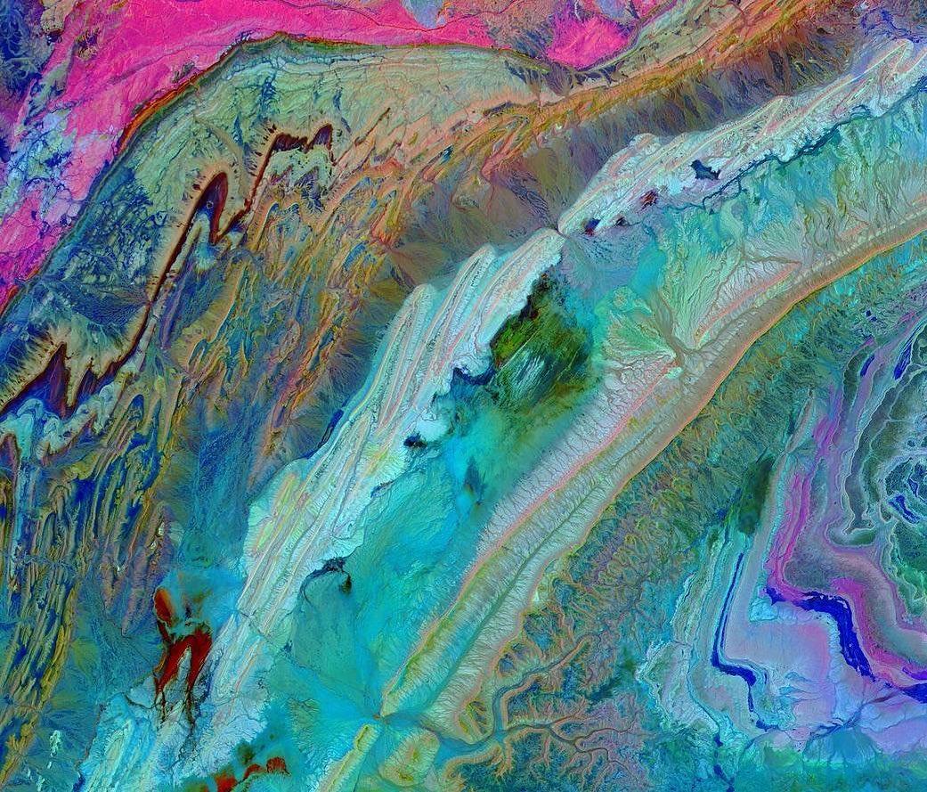 NASA分享摩洛哥小阿特拉斯山脈的空拍照片,色彩鮮豔猶如畫作。(NASA)