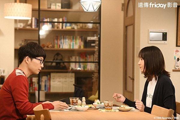 新垣結衣(右)與星野源在《月薪嬌妻》特別篇飾演夫妻。(friDay影音提供)