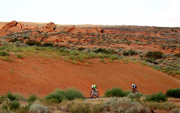 2021年9月18日,美國猶他州聖喬治(St. George),「鐵人70.3世界錦標賽」(IRONMAN 70.3 World Championship)期間,兩位男選手正在騎單車。(Ezra Shaw/Getty Images for IRONMAN)