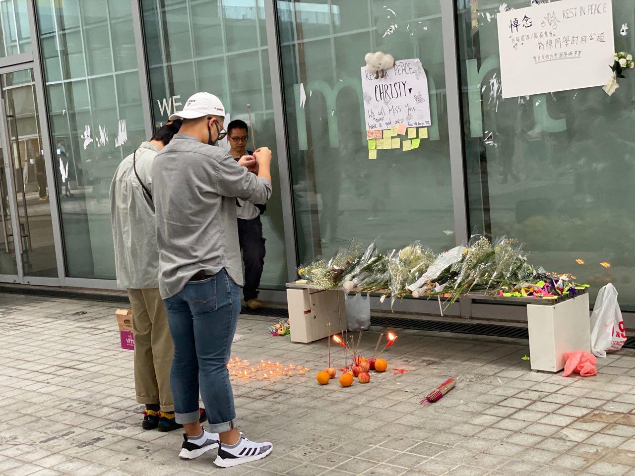 10月14日,一早就有知專學院的學生自發給死去的陳彥霖同學燒香,希望悼念她的同時也能還她一個真相。(駱亞/大紀元)