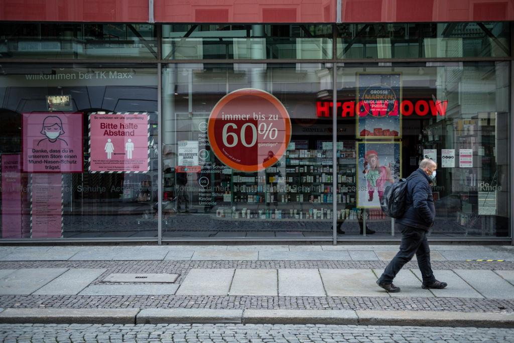 德國政府在全國範圍強制實行封鎖措施,導致商家關門,街道空蕩蕩。(Jens Schlueter/Getty Images)