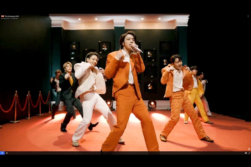 南韓人氣男團防彈少年團(BTS)於第63屆葛萊美獎演出照,中央為成員JIN(金碩珍)。(Theo Wargo/Getty Images for The Recording Academy)