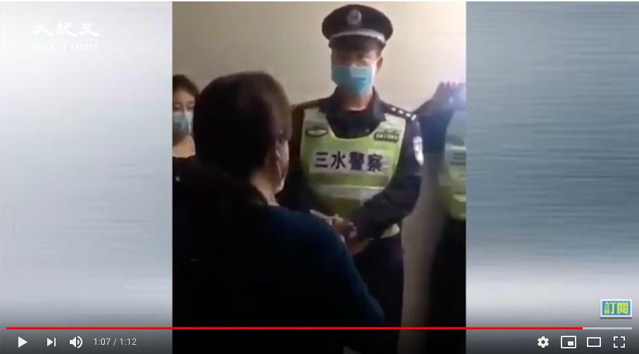 警察與一群社區工作人員,上門強制隔離佛山市三水區的一戶居民。(影片截圖)