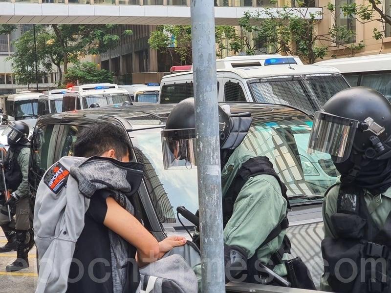 2019年11月14日,在香港中環商業中心,防暴警察搜查路人背包。(孫明國/大紀元)