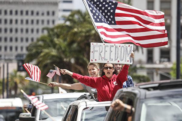 4月18日,美國加州聖地亞哥,民眾抗議居家令。(Sandy Huffaker/Getty Images)
