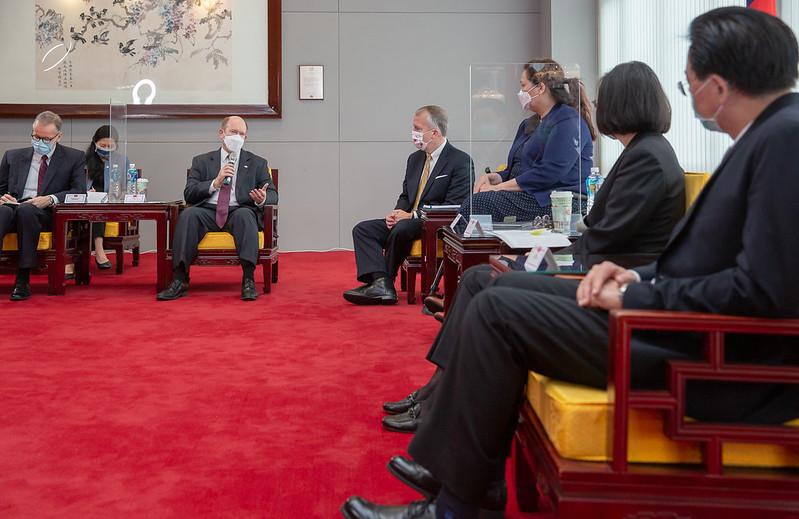 中華民國總統蔡英文2021年6月6日於總統府接見美國聯邦參議員訪團並致詞。(總統府提供)