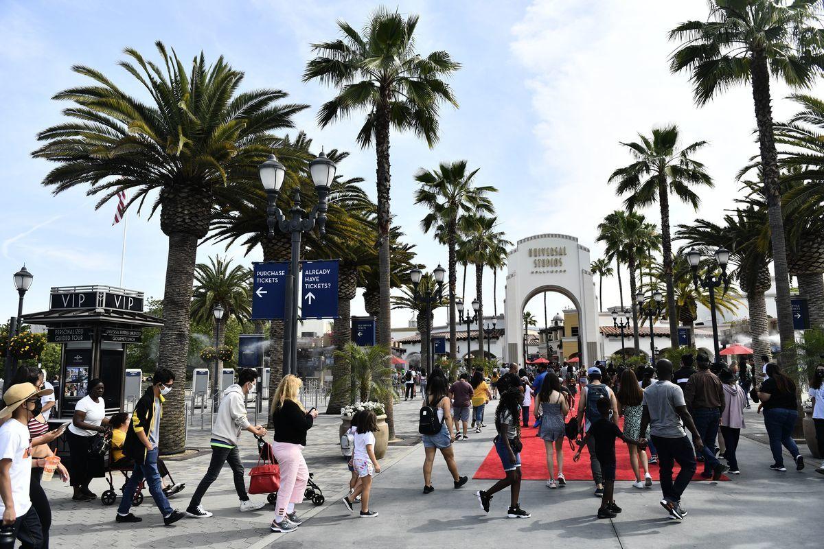 2021年6月15日,加州重新開放,取消了大部份的疫情限制,人們來到洛杉磯附近的荷里活環球影城玩樂。(PATRICK T. FALLON/AFP via Getty Images)