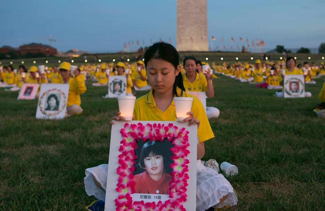 2018年6月19日晚,海外法輪功學員在華盛頓紀念碑前燭光悼念在大陸被迫害致死的法輪功學員。(大紀元)