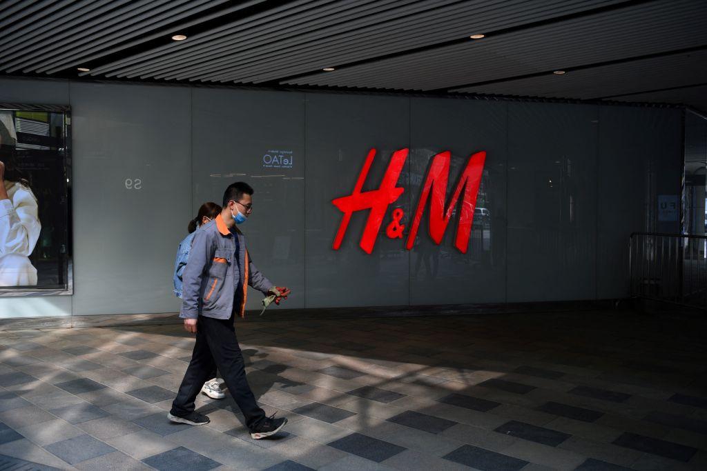 H&M表態拒用新疆血棉,在中國遭到部份城市的抵製出現升級現象。圖為2021年3月25日北京行人行經一家H&M門店。(GREG BAKER/AFP via Getty Images)