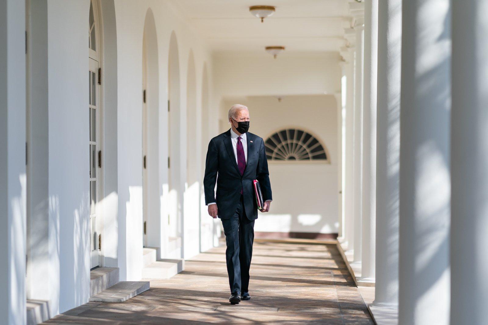 專家分析,拜登團隊對外政策上,看起來是沿用特朗普時期策略,對抑制中共的力道卻略顯不足,尤其在對中政策上,似乎是想在鷹派、鴿派間取得平衡,此舉是否真能達到維護美國自身安全與利益,還有待商榷。(白宮Flickr)