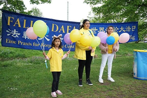 大法小弟子Sara K.(中)和其他孩子一起參加了2021年5月13日在紐倫堡沃德湖畔的法輪大法日慶祝活動。(大紀元)
