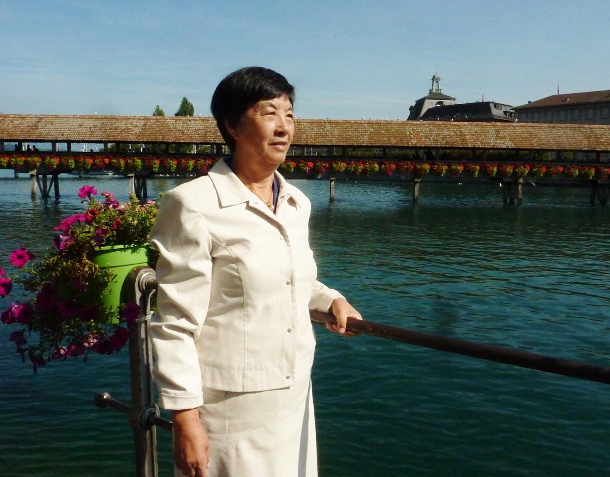 2008年潘淑珍在盧塞恩湖邊的卡貝爾廊橋邊。(明慧網)