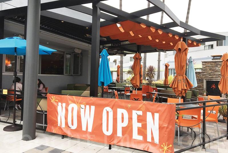 隨著加州聖地牙哥經濟重啟,關閉了兩個多月的餐館已經可以提供堂吃服務。但是受限於社交距離和其它因素,餐館的人氣無法和關閉前相比。圖為2020年6月20日周六,聖地牙哥一家餐館設在室外的就餐區。 (田磊/大紀元)