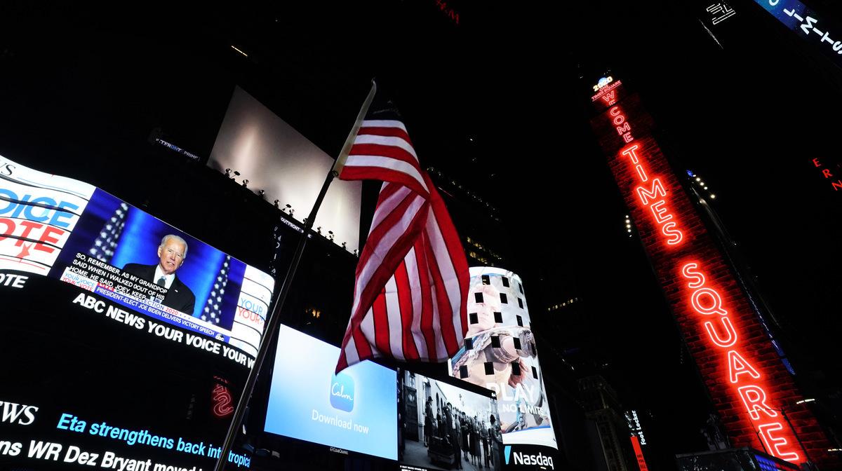 2020年11月7日,在紐約時代廣場上的影片屏幕正在播放民主黨總統候選人拜登(Joe Biden)宣稱勝選的發言。(Timothy A. Clary/AFP via Getty Images)