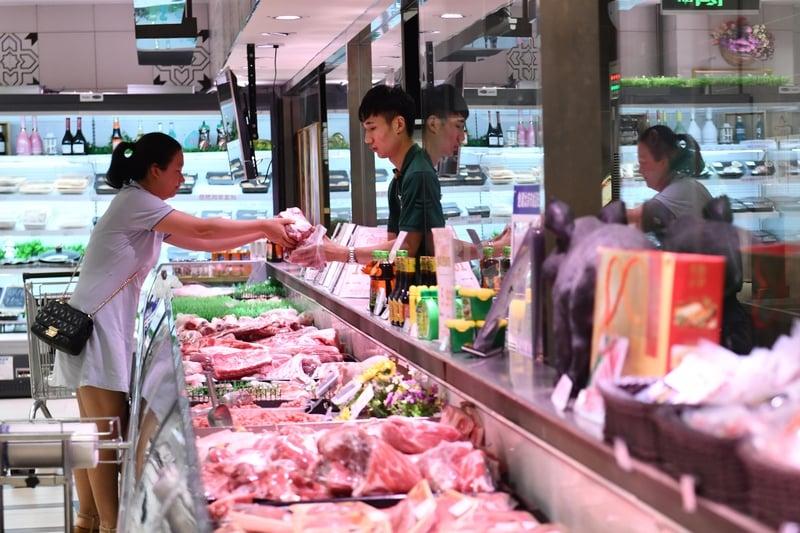 北京9月1日對美國豬肉徵高關稅背景下,未來大陸豬肉價仍會保持在高位。圖為2019年7月10日,北京一超市內市民購買豬肉。(大紀元資料室)