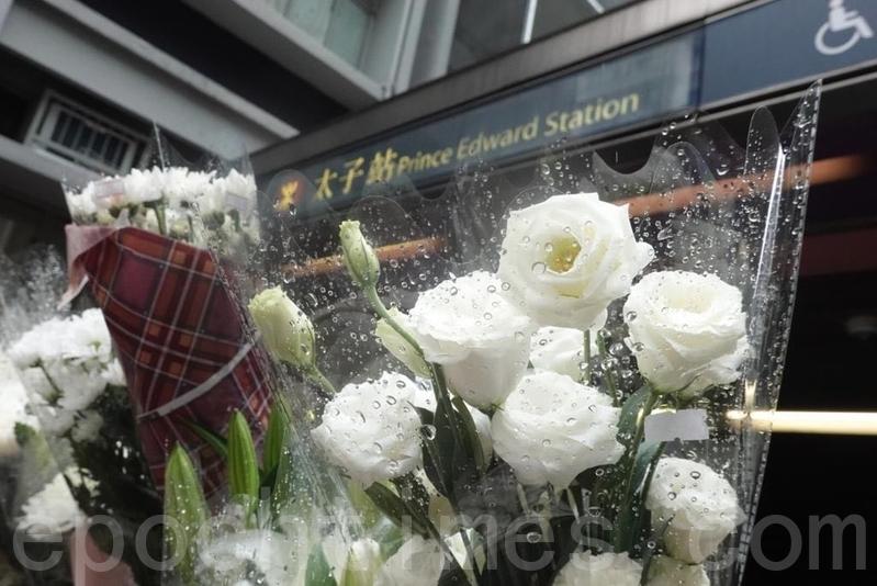 9月2日,港人自發前往太子站,在封閉閘門前獻上花束。(余鋼/大紀元)