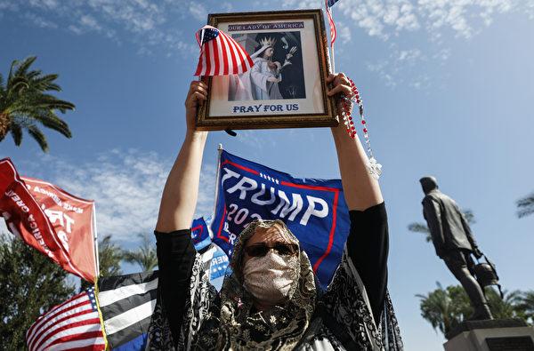 2020年11月7日,在亞利桑那州鳳凰城,一名特朗普總統的支持者在州政府前抗議大選舞弊,要求制止偷竊。(Mario Tama/Getty Images)