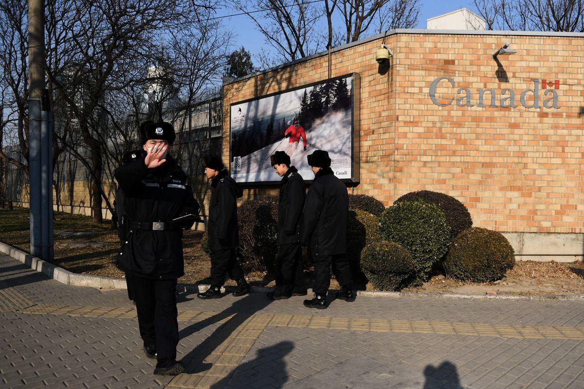 營運北京簽證中心的公司由警察擁有,這使人們不得不質疑申請人的私隱如何得到保障。圖為加拿大駐北京大使館前的中共警察。(Getty Images)
