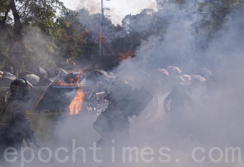 2019年11月11日,警察強闖中文大學,向學生發射催淚彈並拘捕學生,現場恍如戰場。(余鋼/大紀元)