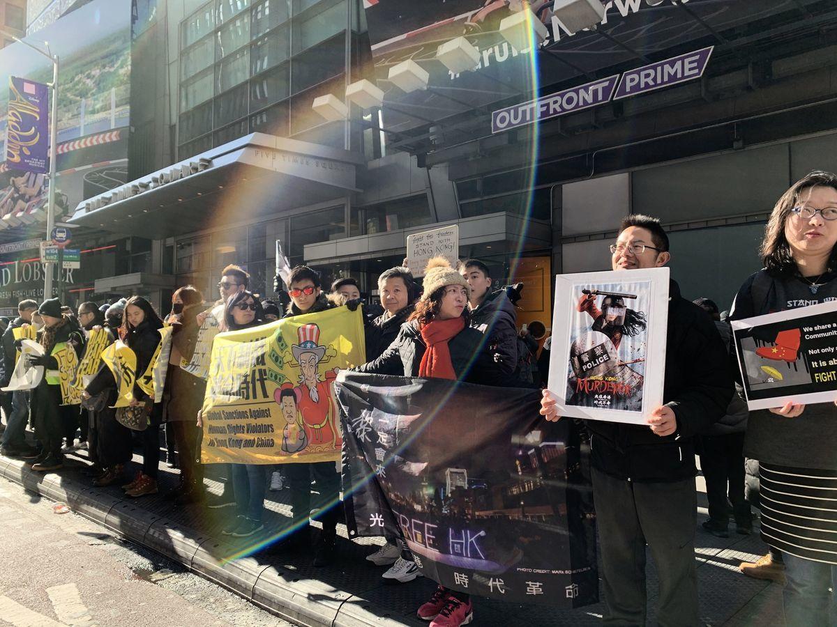 逾250名紐約港人、中國人和西方人2020年01月19日參加「天下制裁」遊行,促美國政府儘快實施制裁措施,懲罰違反人權的香港和中共官員。(蔡溶/大紀元)