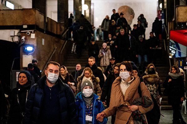 俄羅斯未來十幾天將迎來中共肺炎疫情高峰期。而日前,中共為防堵從俄羅斯回國的中國公民,不僅關閉所有陸路邊境通道,近日還發出懸賞令抓捕「偷渡」回國人員。圖為2020年2月7日,一個戴著口罩的家庭走在莫斯科的列寧圖書館(Biblioteka Imeni Lenina)地鐵站。(Getty Images)