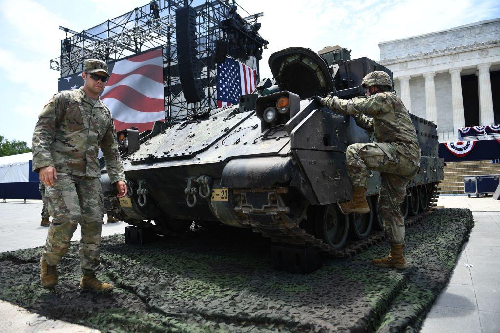 美軍人員周三佈置將在「向美國致敬」展出的布拉德利戰車。(Brendan Smialowski/AFP/Getty Images)