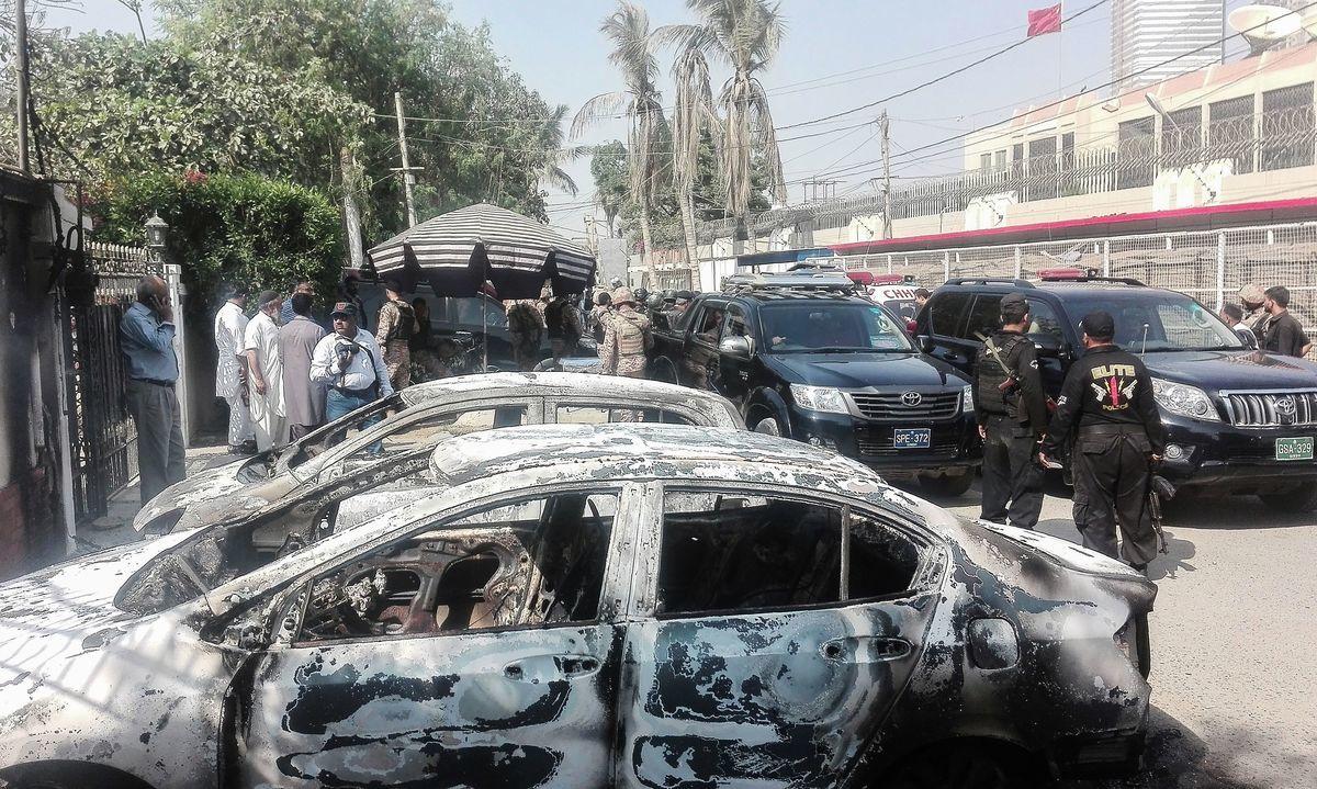 11月23日早上,中共駐巴基斯坦卡拉奇(Karachi)領事館遭遇恐怖襲擊,導致至少2名巴國警察死亡。(ASIF HASSAN/AFP/Getty Images)