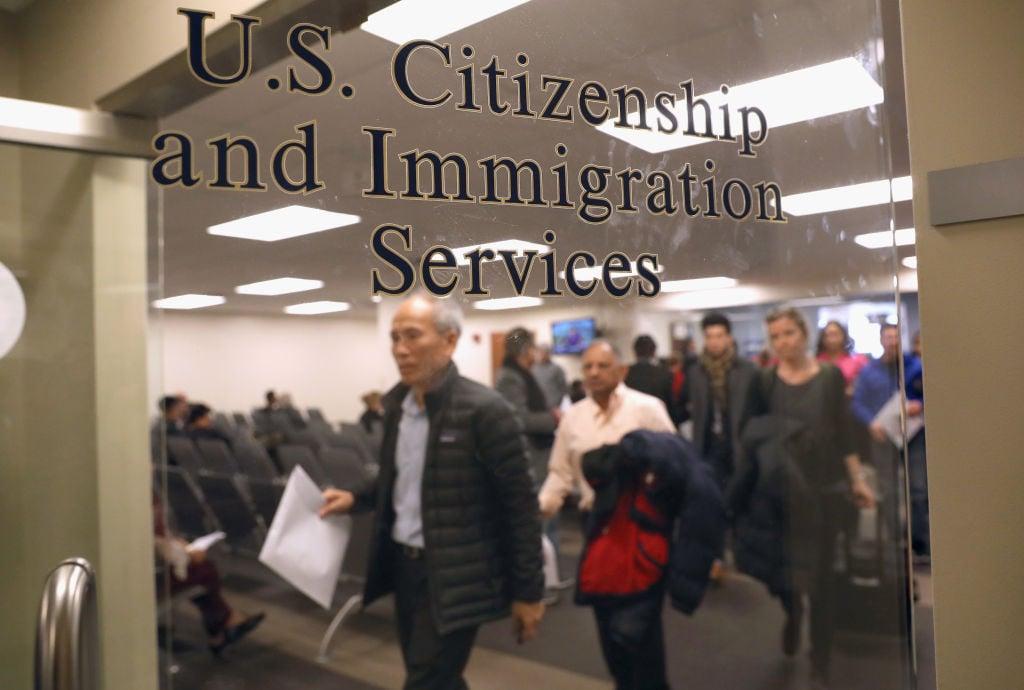 圖為美國公民與移民服務局。(John Moore/Getty Images)