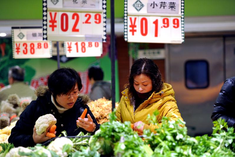 數據顯示,大陸消費五大重點行業一季度超六成虧損。圖為中國大陸一菜市場。(AFP)