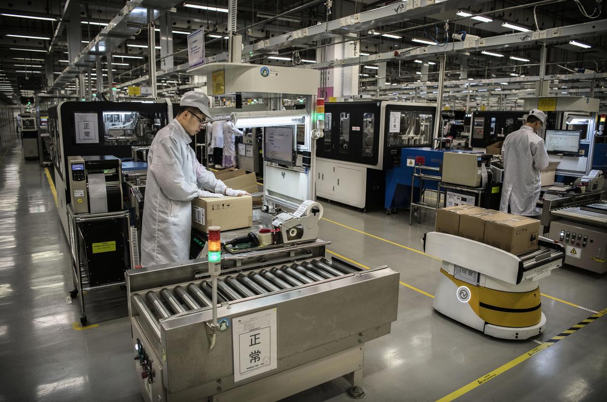 雖然華為創始人任正非稱,美國出口禁令對華為影響不大,但華為員工對公司前景表示擔憂。圖為華為東莞工廠內部。(Kevin Frayer/Getty Images)