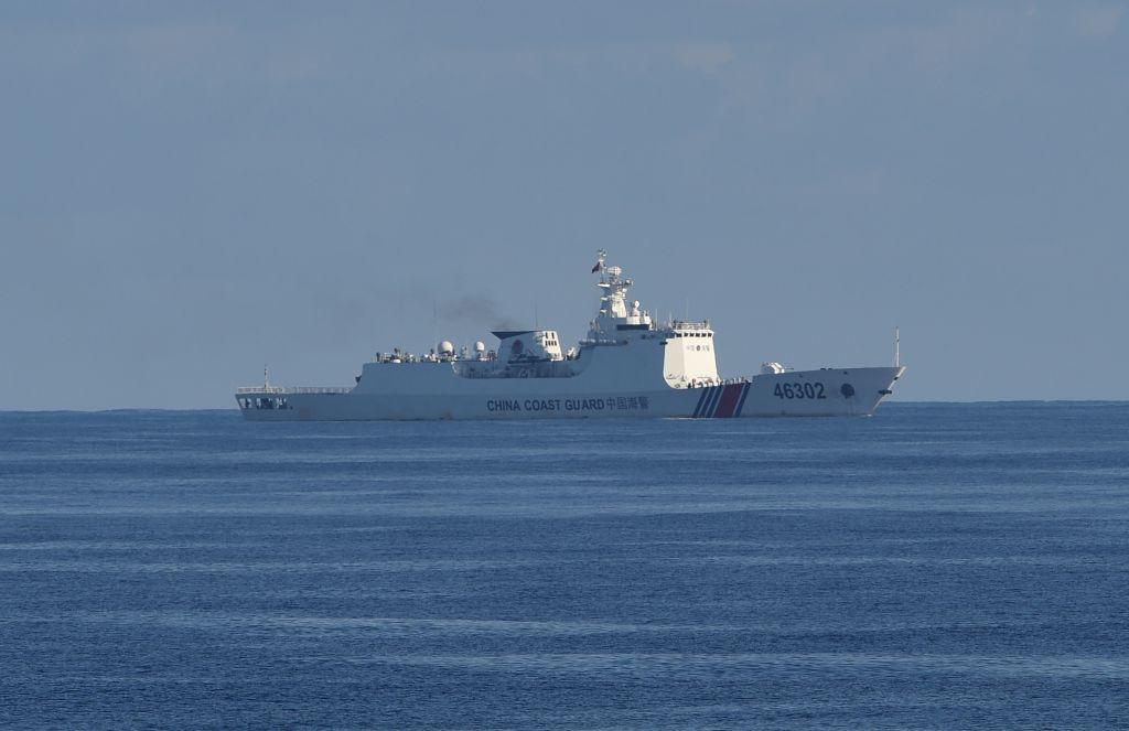 圖為黃岩島附近的中國海警船,資料圖。(TED ALJIBE/AFP via Getty Images)