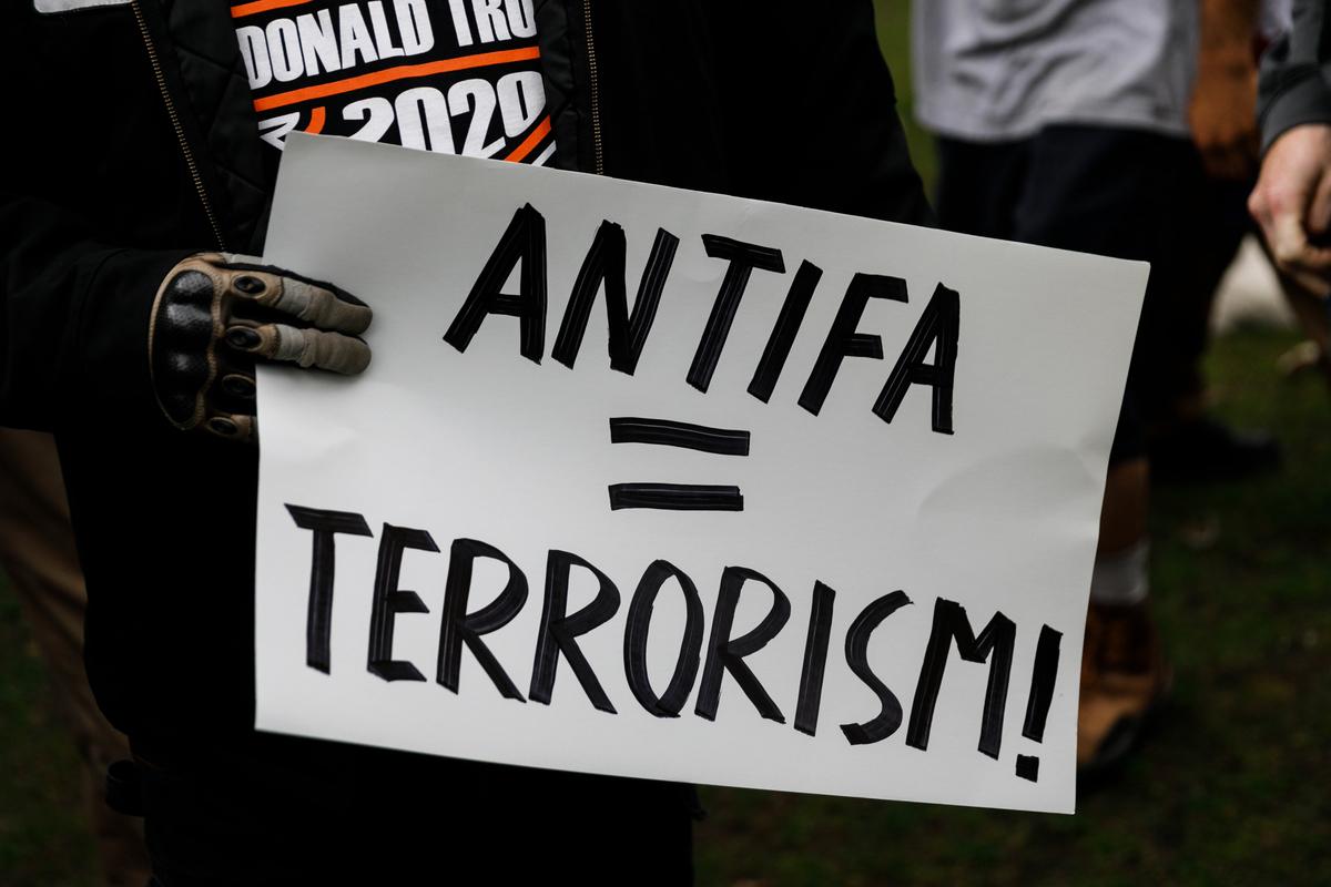 建立在共產主義理念基礎上的Antifa被指是波特蘭持續騷亂背後的力量。(John Rudoff/AFP)
