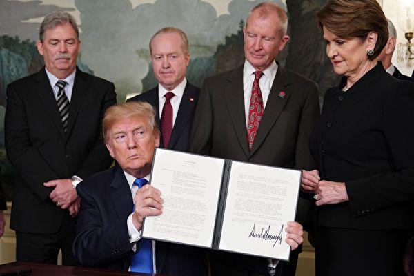 特朗普2018年3月22日簽署301條款備忘錄,準備開始對中國商品徵稅。(MANDEL NGAN/AFP/Getty Images)