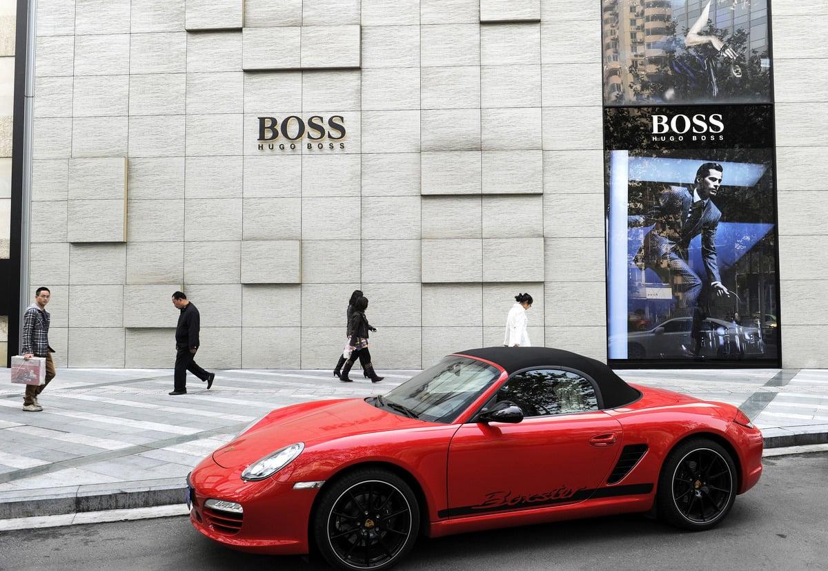 圖為中國成都的一家Hugo Boss專賣店外景。(LIU JIN/AFP via Getty Images)