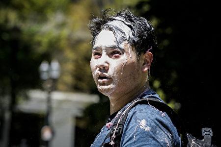 2019年6月29日,俄勒岡州波特蘭市,不明身份的安提法成員襲擊了安迪·恩戈(Andy Ngo),他是一名波特蘭記者,身上因襲擊沾滿了不明物質。(Moriah Ratner/Getty Images)