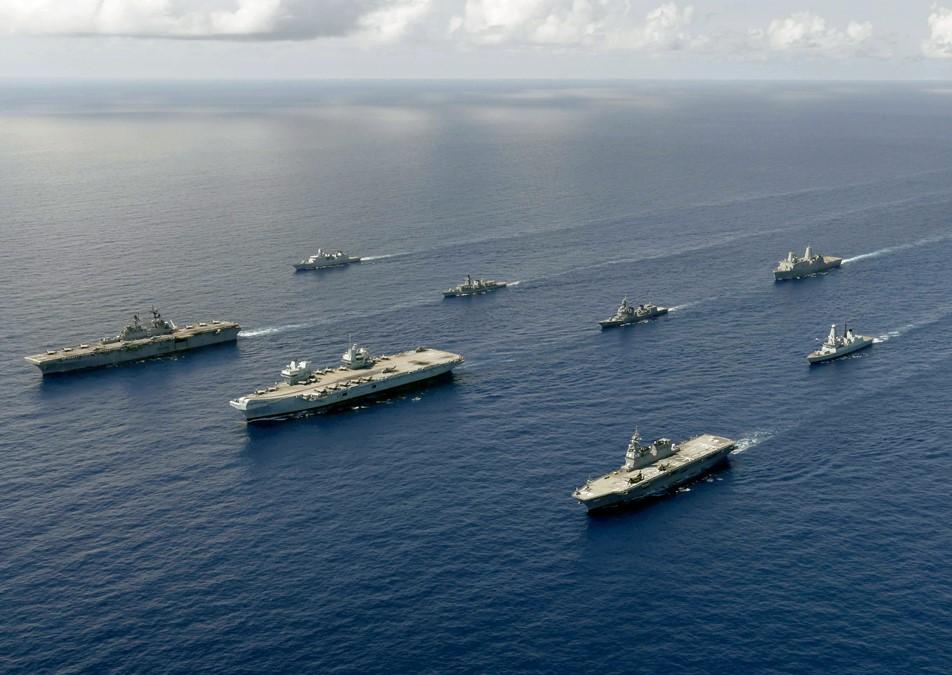 2021年8月27日,作為「大規模全球演習」(LSGE21)的一部份,英國伊利沙伯號航母打擊群(中)、日本海上自衛隊的直升機航母(右)和美軍的美利堅號遠征打擊群(左)在菲律賓海域聯合訓練。(美國印太司令部推特)