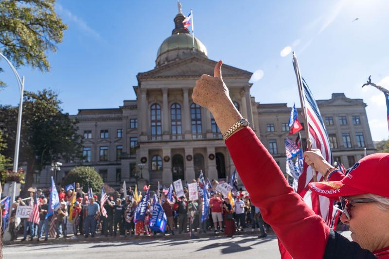 2020年11月21日,佐治亞州亞特蘭大,民眾聚集在州議會外,抗議選舉舞弊,要求停止竊選。(Megan Varner/Getty Images)